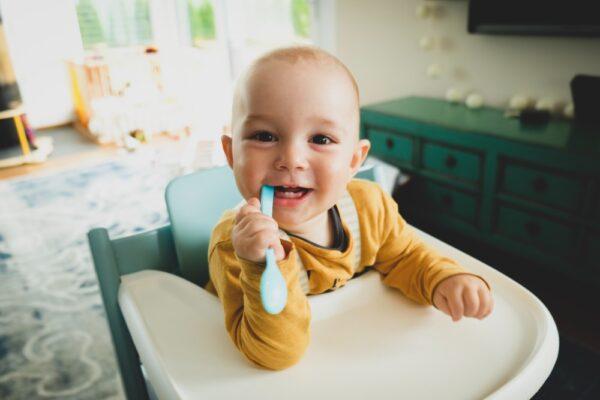 Copilul cu dintii grebla si periuta lui de dinti (P)