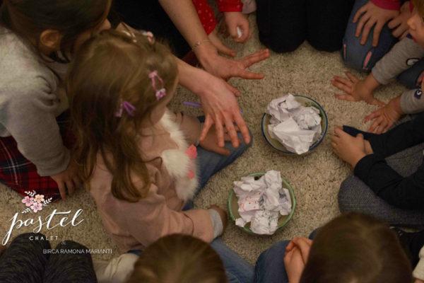 Jocuri de făcut în casă – Hochei și bătaie cu bulgări din hârtie