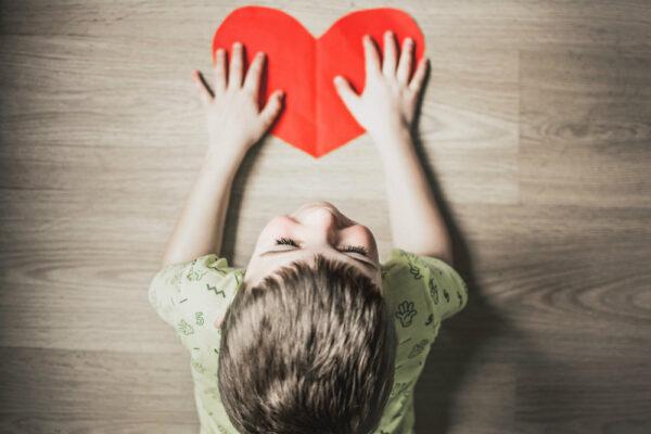 Cum să folosești laudele pentru a dezvolta stima de sine a copilului