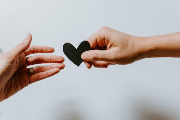 Ești într-o relație de codependență? Care sunt semnele, cum încurcă și ce poți face.